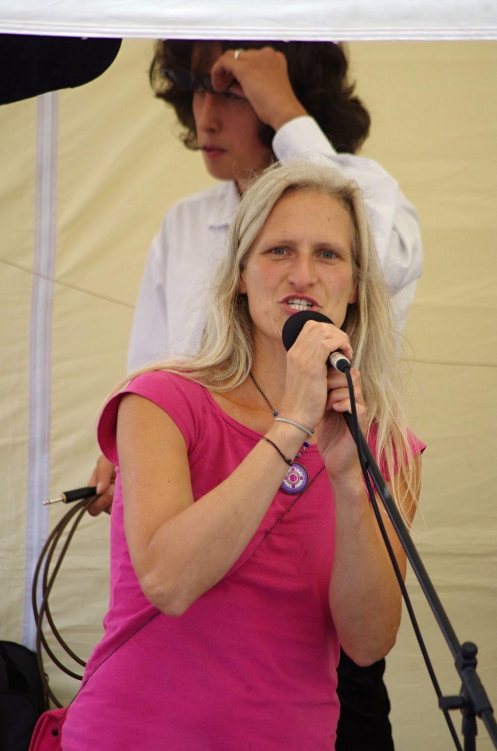 Juliana Kostečková umikrofonu