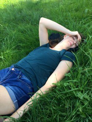 odpočinek vtrávě nadoprovázených poutích