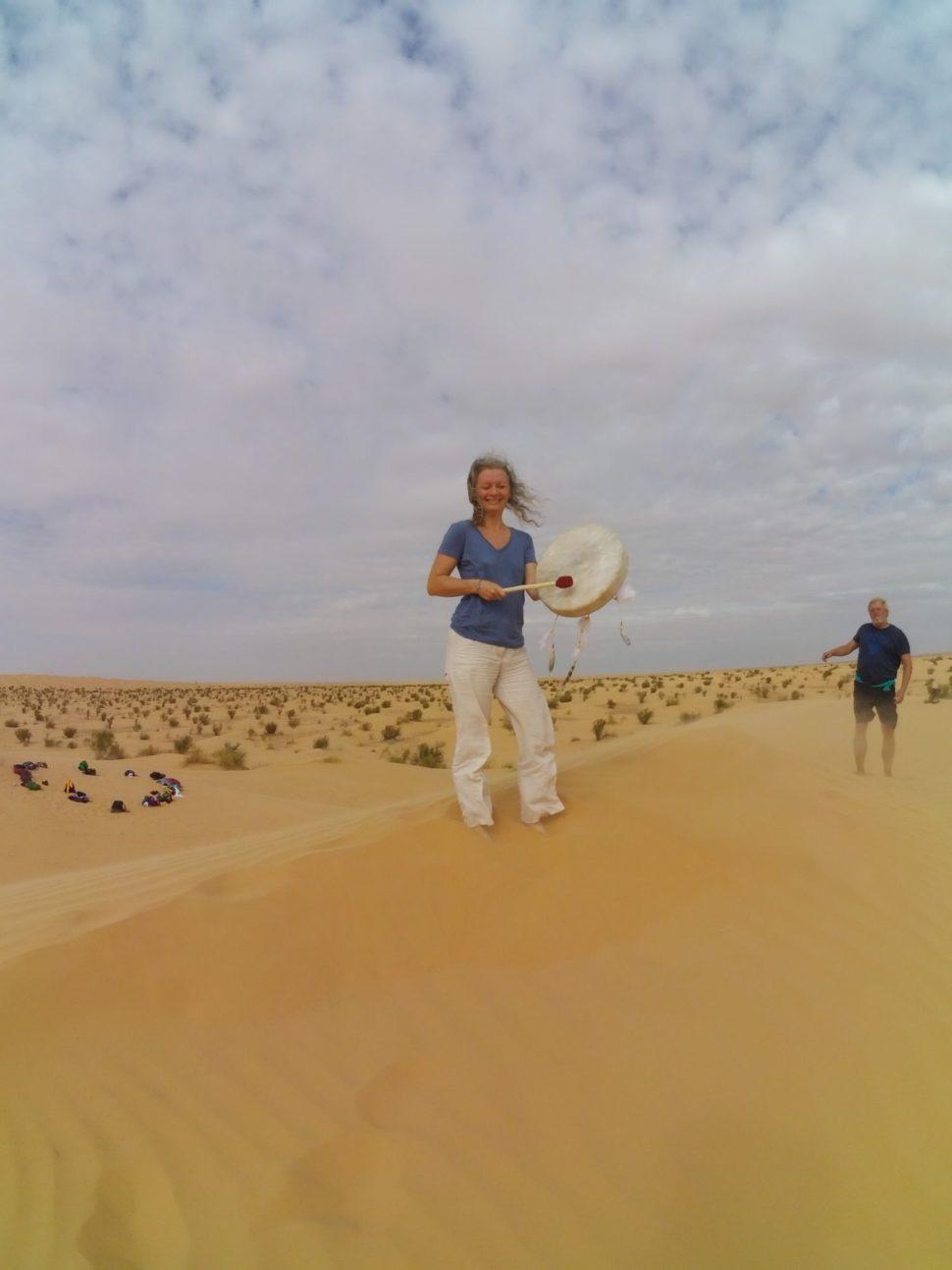bohdana hraje našamanský buben vpoušti