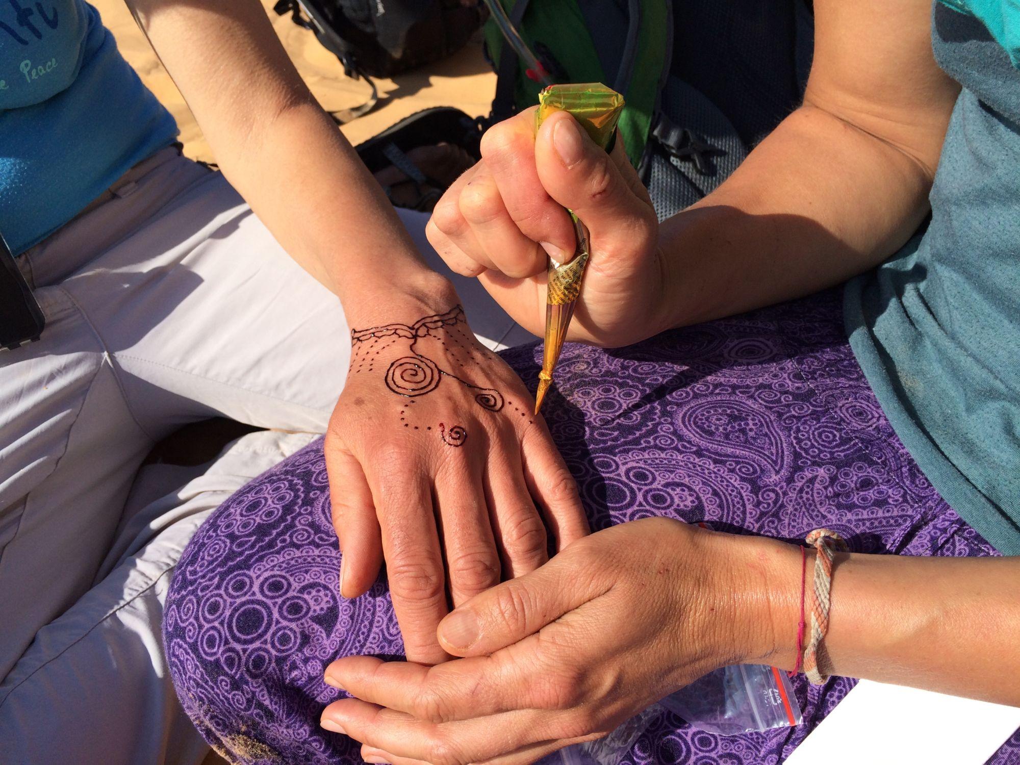 Putování Saharou pro ženy - zdobení hennou