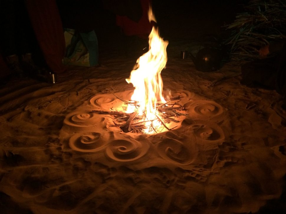 Putování Saharou pro ženy - rituální oheň