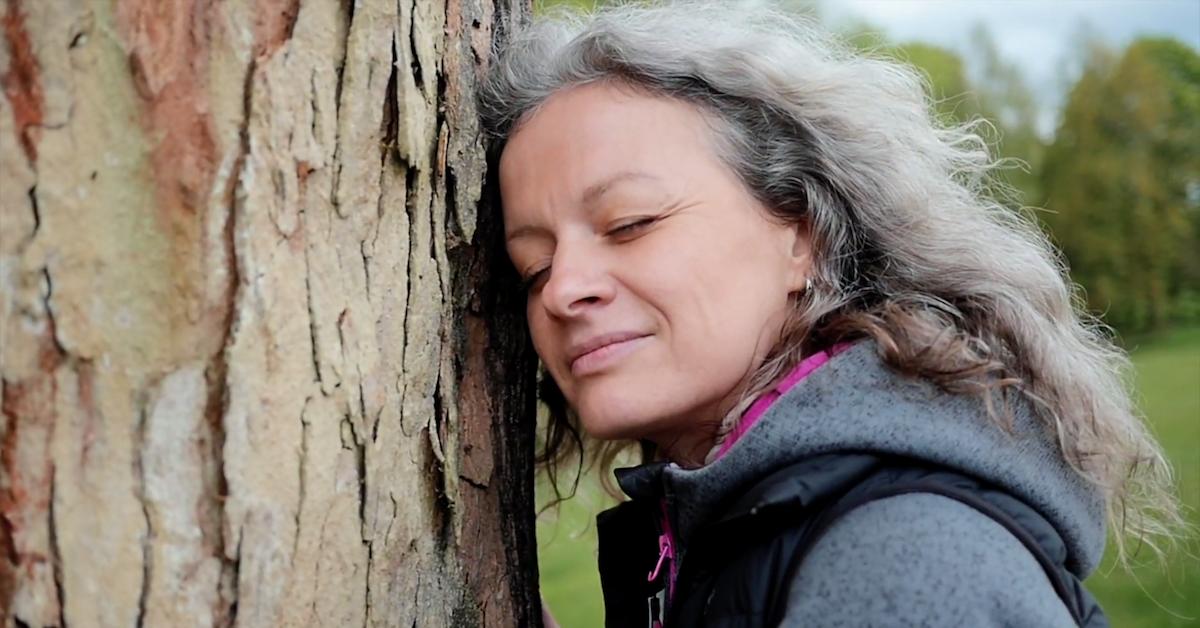 Bohdana Kabátová u stromu